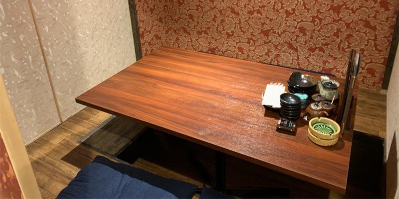た藁やのテーブル席