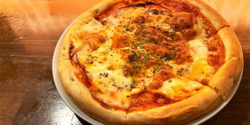 サラミとレッドチェダーチーズのバジルピッツァ