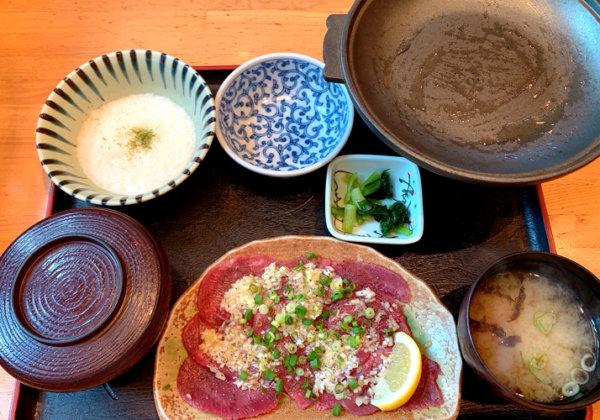 薄切り牛タンの塩焼きとろろセット(699円)