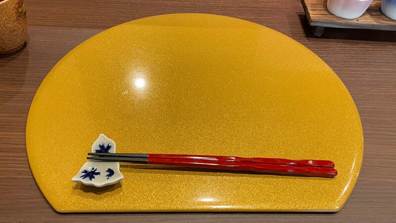 串やでござる茨木店のお皿などの装飾品