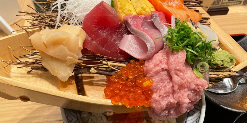 鮨・酒・肴 杉玉 茨木の舟盛り丼のボリューム