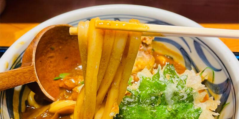 釜あげ饂飩 唐庵のカレーうどんは太麺を使用