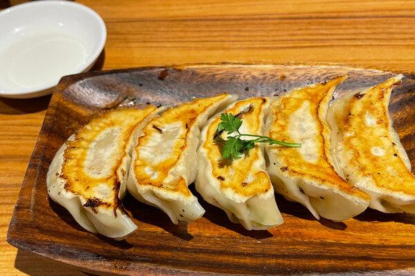 茨木市『餃子バル tsutsumu』女性に大人気のニンニクを使わないおいしい餃子!