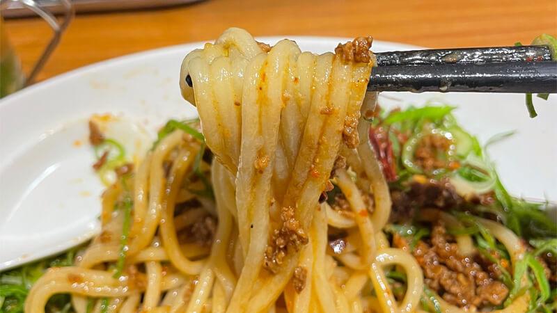 汁なし坦々麺は太麺を使用