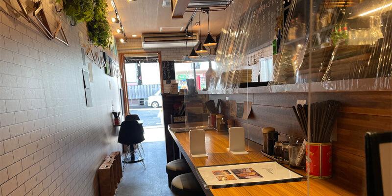 餃子バル tsutsumuの店内