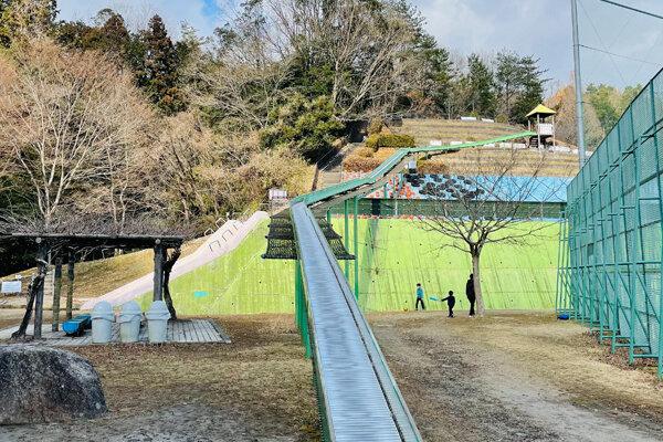 茨木市の自然豊かな公園『忍頂寺スポーツ公園』70メートルのローラースライダーやジャンボ滑り台、野球のグラウンドまで